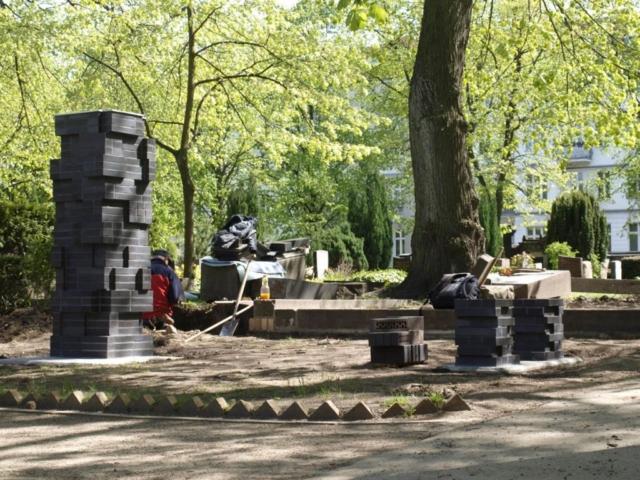 Mauerwerksstele auf dem Aids Gemeinschaftsgrab Berlin-Schöneberg